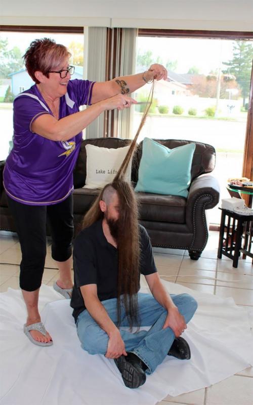 Житель Миннесоты побил мировой рекорд, сделав на голове ирокез высотой 108 см - «Фото»