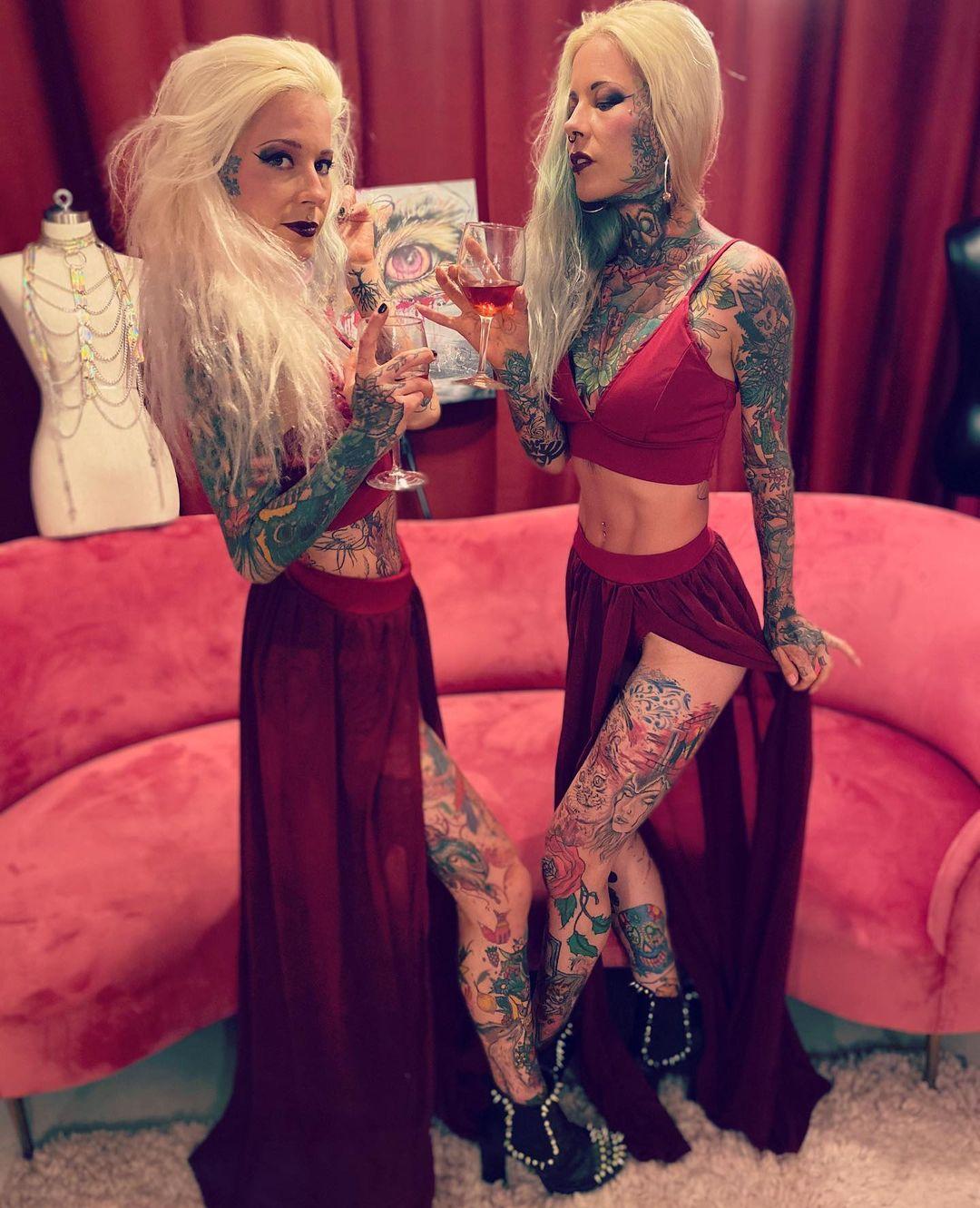 Татуированные близняшки из Германии - «Хорошее настроение»