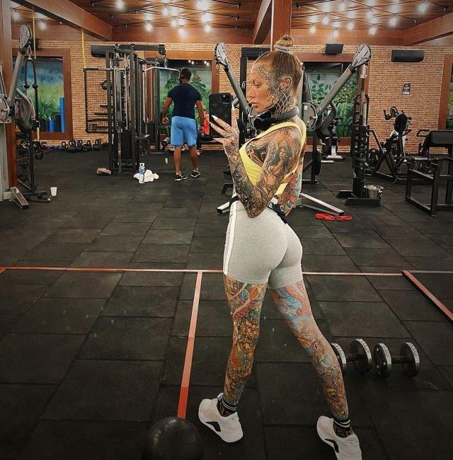 Любительница татуировок Беки Холт (14 фото)