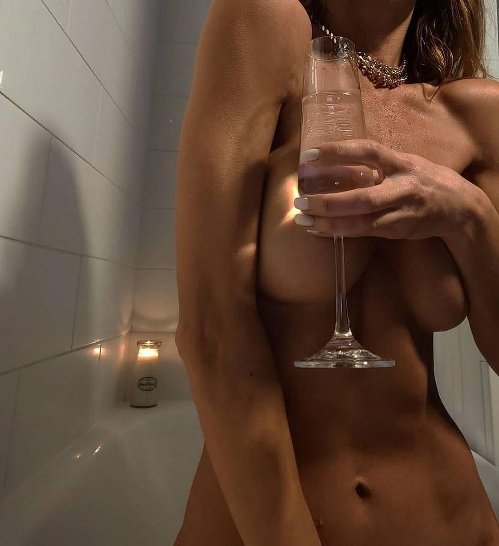 Девушки, прикрывающие грудь руками - «Хорошее настроение»