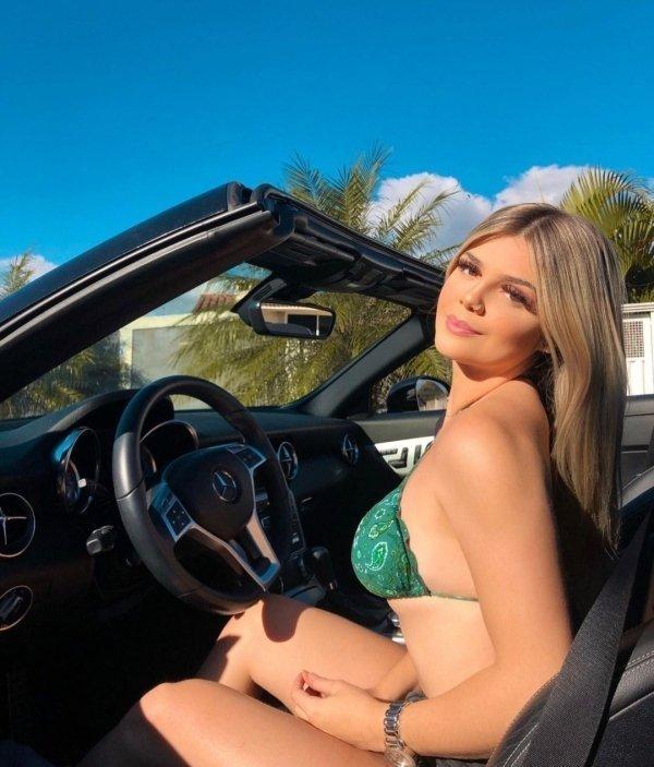 Девушки в машинах (24 фото)