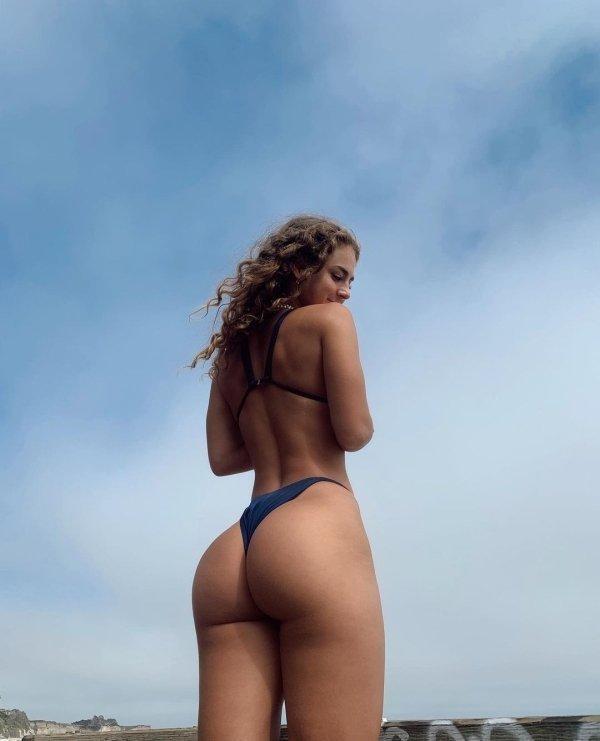Девушки выгибают спинку (22 фото)