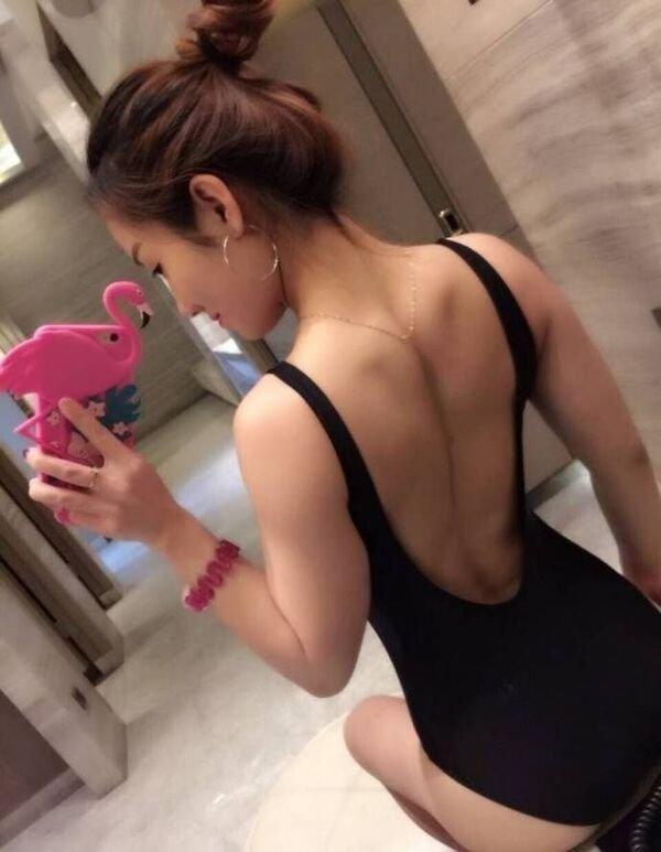 Девушки прогибают спинку (17 фото)