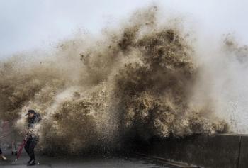 Человек против Тайфуна ! - «Фото»