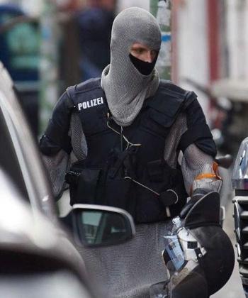 Немецкие полицейские стали использовать кольчугу для защиты (9 фото) - «Хорошее настроение»