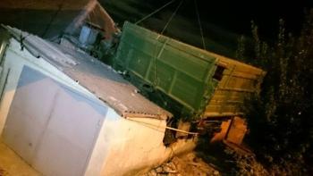В Харькове грузовик приземлился на крышу дома (12 фото) - «Хорошее настроение»