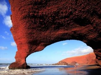 В Марокко на самом большом пляже мира обрушилась природная каменная арка (3 фото) - «Хорошее настроение»