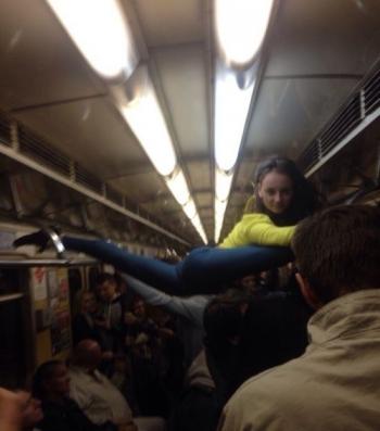 В минском метро девушка села на шпагат между поручнями - «Хорошее настроение»