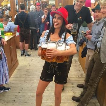 Задорные девушки хлещут пиво на Октоберфесте-2016 - «Хорошее настроение»