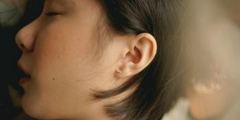 Девушка перестала слышать мужчин из-за редкого заболевания (3фото)