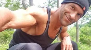 Джон Депасс — бодибилдер, отказавшийся от еды в пользу мочи, чтобы избавиться от боли (8фото)