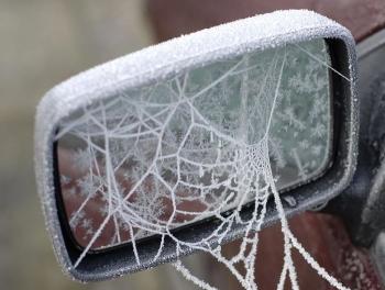 Мороз превращает автомобили в арт-объекты