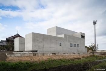 Необычное строение из бетона в Японии (8 фото)