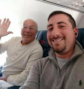 Отец купил шесть авиабилетов, чтобы быть рядом с дочкой-стюардессой в Рождество (5фото)