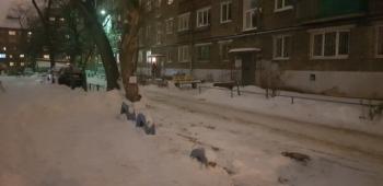 Парковочное место во дворе (2 фото)
