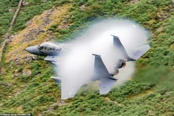 Потрясающие кадры полета: истребитель F-15 Strike Eagle создал вокруг себя облако (5фото+1видео)