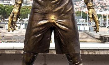В Португалии туристы обожают потрогать за «шары» статую Криштиану Роналду (5фото)