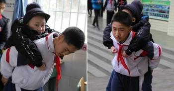 12-летний мальчик шесть лет носит на спине больного одноклассника (6фото)