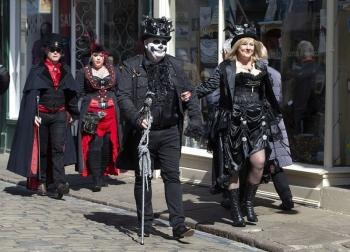 Британский город заполонили толпы готов - «Хорошее настроение»