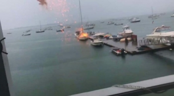 В США мощный удар молнии поразил яхту, стоявшую у пирса (2фото+1видео)