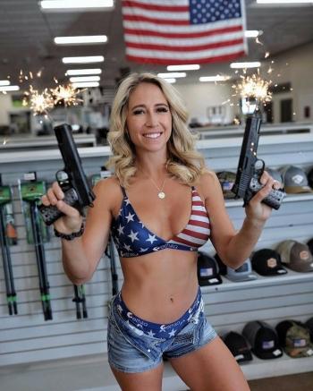 Горячая поклонница оружия из США Кейси Карри (19 фото)