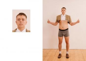 С виду - стандартное фото на паспорт, а за кадром - трэш