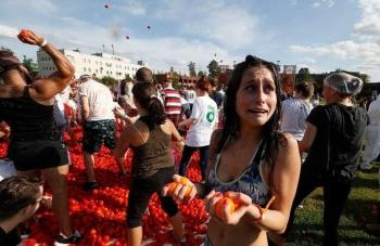 В Питере состоялась первая помидорная битва - «Хорошее настроение»