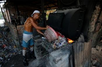 Индонезийская деревня выживает за счет импортного мусора - «Хорошее настроение»
