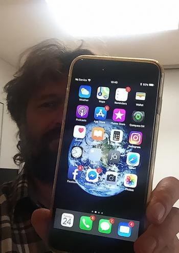 Фотограф выронил iPhone из самолета. Через год телефон нашли в рабочем состоянии