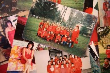 Боснийская учительница уже полвека помешана на красном (11 фото)