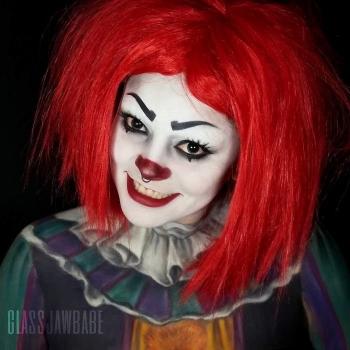 Девушка примеряет на себе различные образы на Хэллоуин (24 фото)
