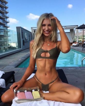 Подписчики раскритиковали модель за откровенное бикини и девушка придумала достойный ответ - «Хорошее настроение»