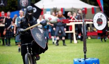 Рыцарский турнир на велосипедах (30 фото)