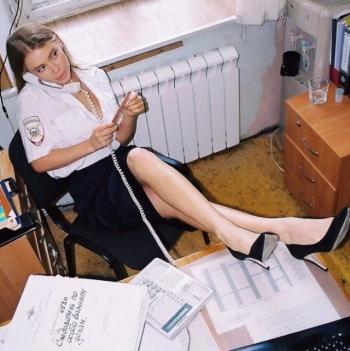 Участковая устроила фотосессию своей сестре в отделе полиции (15 фото)