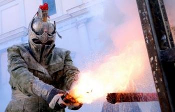 Els Enfarinats - безумный фестиваль в Испании, на котором люди забрасывают друг друга яйцами и мукой (20 фото)