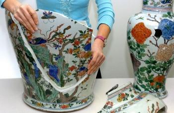 Самые известные случаи повреждения произведений искусства туристами